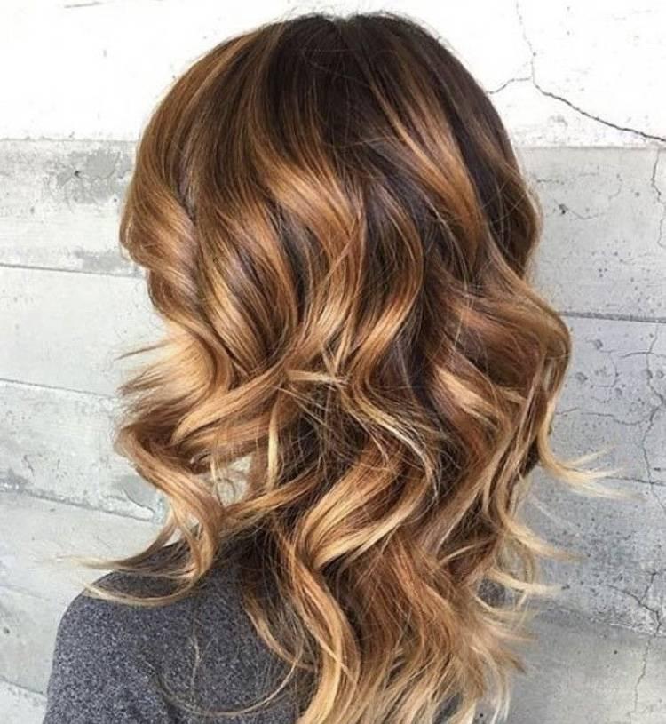 Meche blonde et caramel cheveux court